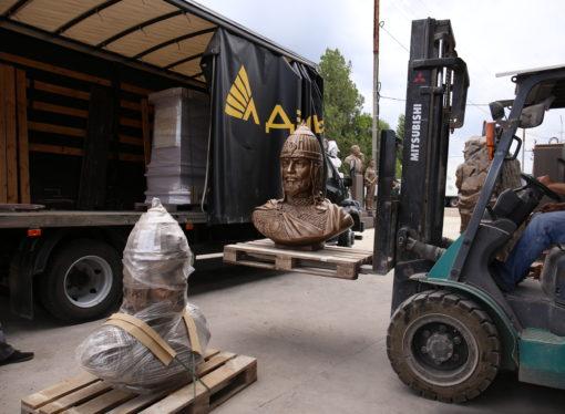 «Деловые Линии» доставили скульптуры Александра Невского в Санкт-Петербург